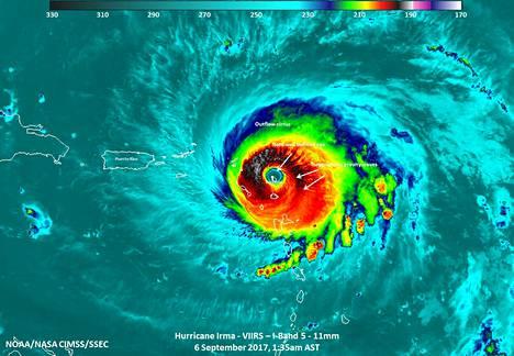 Satelliittikuvassa hurrikaani Irma kuvattuna iskeytymässä Barduban saareen keskiviikkona.