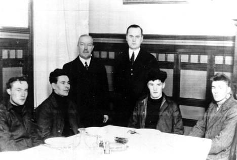 Oberonin pelastuttunutta miehistöä kuvattuna Helsingissä joulunpyhinä 1930.