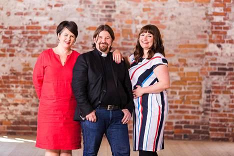 Marianna Stolbow, Kari Kanala ja Elina Tanskanen toimivat Ensitreffit alttarilla -ohjelman asiantuntijoina.