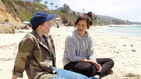Maria Veitola ja Sara Forsberg käyvät syvällisiä keskusteluja Yökylässä Maria Veitola -ohjelmassa.