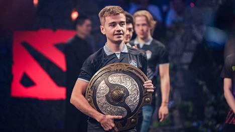 """OG-joukkueen kapteeni Johan """"N0tail"""" Sundstein kantamassa mestaruuskilpeä elokuussa 2019. OG on hallitseva ja ainoa kaksinkertainen mestari voitettuaan TI:n vuosina 2018 ja 2019."""