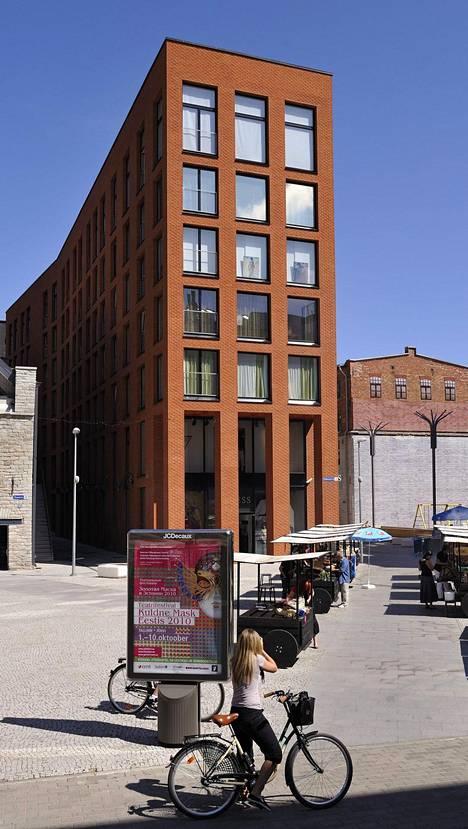 Oranssi talo valmistui vuonna 2007. Rakennuksessa on asuntoja.