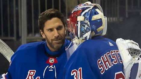 Lepovuorossa ollut Henrik Lundqvist onnitteli Igor Shesterkiniä ensimmäisestä NHL-voitostaan viime tammikuussa, kun New York Rangers oli voittanut Coloradon.