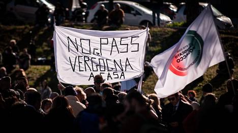 Mielenosoituksia koronapassia vastaan on ollut viikonloppuna eri puolilla Italiaa. Kuva Roomasta Circo Massimon lähistöltä.