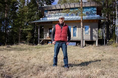 Simo rakensi itse asuintalonsa yhteisökylään.