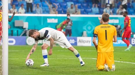 Joona Toivio poimii pallon, joka on käynyt Suomen maalissa.