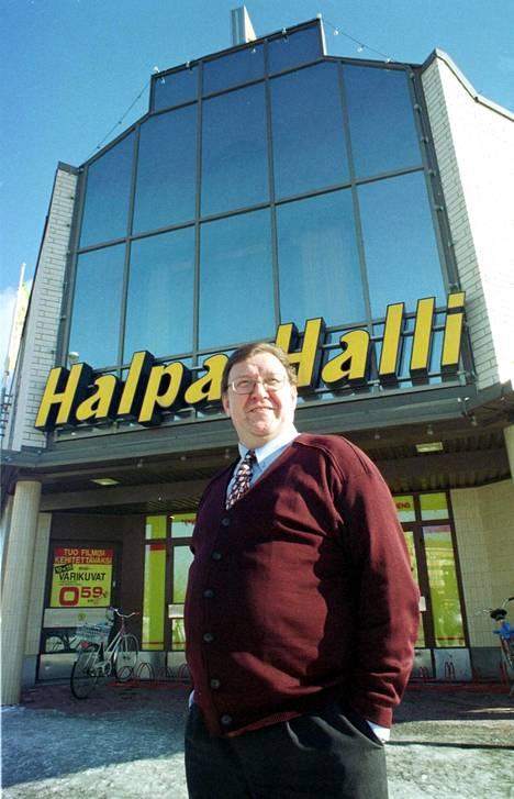 Esko Ylinen poseerasi Halpa-Hallin edessä vuonna 2000.