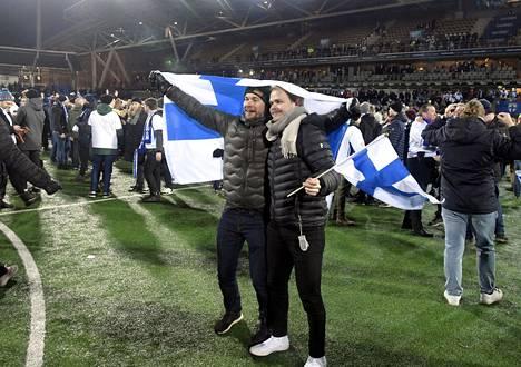 Kentällä poseerattiin Suomen lippujen kanssa.
