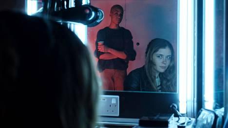 Frances (Cush Jumbo) luikertelee epäilemänsä tappajan sisäpiiriin Lenan (Mia Tomlinson) kautta.