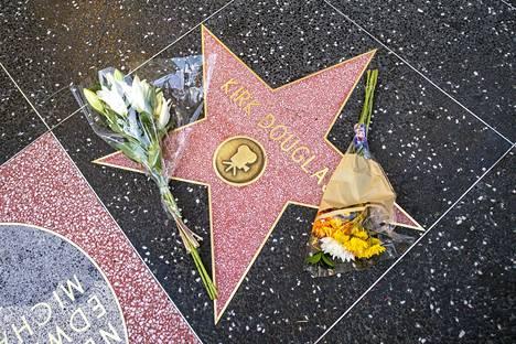 Douglasin Walk of Fame -tähden luokse tuotiin heti kukkia, kun tieto legendan kuolemasta levisi.