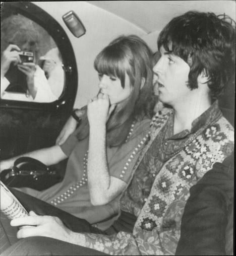 McCartney kuvattuna Jane Asherin kanssa 1967.