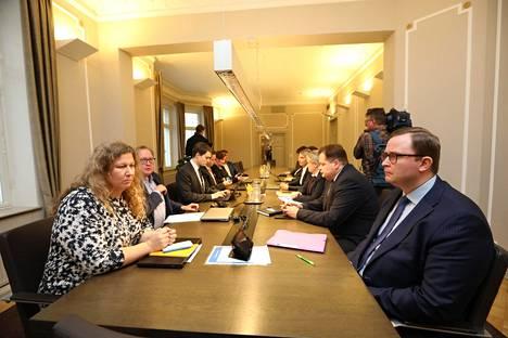 Postilakon sovittelua. Etualalla ovat Posti- ja logistiikka-alan unioni PAU:n puheenjohtaja Heidi Nieminen ja Palvelutyönantajien toimitusjohtaja Tuomas Aarto.