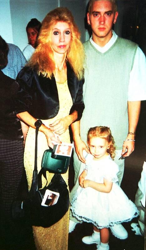 Eminem yhdessä äitinsä Debbien ja tyttärensä Hailien kanssa.