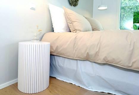 Pitkittäinen puupanelointi toistui myös useassa messukohteessa huonekaluissa asti.