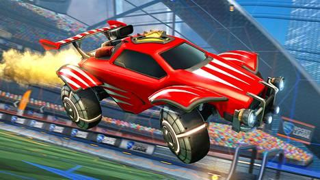 Rocket Leaguessa palloa tönitään maaliin autoilla.