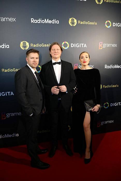 Juha Perälä saapui Radiogaalaan yhdessä juontajakollegoidensa Jaajo Linnonmaan ja Anni Hautalan kanssa.