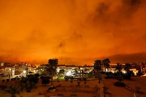Saharan aavikolta kulkeutuvat pölypilvet voivat värjätä taivaan punertavaksi. Kuva lauantailta Espanjan Torreviejasta.