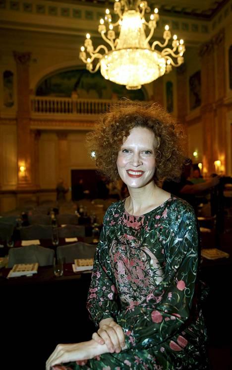 Saimi Hoyer on edelleen räväkkä punapää, mutta hänessä on myös uudenlaista tyyneyttä ja tasapainoa. Torstaina hän oli mukana uuden kirjan julkistamistilaisuudessa Helsingissä.