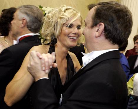 Merikukka Forsius ja Harry Hjallis Harkimo tanssin pyörteissä 2006. Ero oli pantu vireille edellisvuonna.