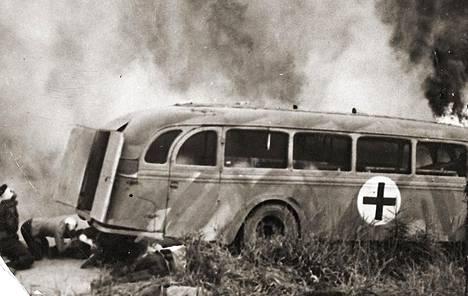 Kuva Edvin Laineen Tuntematon sotilas -elokuvasta. Hietasta kuljettanut ambulanssi palaa.