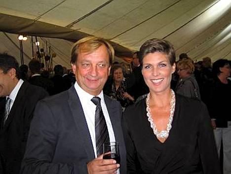 Kesästä yhdessä nauttineet urheilupomo Harry Hjallis Harkimo ja Helena Karihtala kiiruhtivat ministerien juhlista ystäviensä luo rapuja nauttimaan.