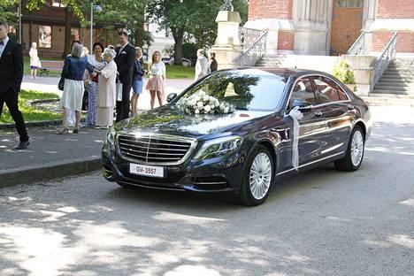 Jere Karalahtea ja Nannaa odotti kirkon edessä musta Mercedes-Benz.