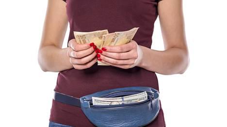 Välttyäkseen ovelilta taskuvarkailta, rahojaan ei ehkä kannata esitellä julkisella paikalla.