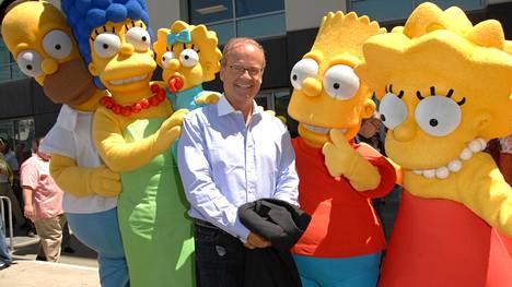 Näyttelijä Kelsey Grammer on toiminut Simpsoneissa muun muassa Sideshow Bobin äänenä. Vuonna 2009 hän juhli Simpsonit-aiheisten postimerkkien julkaisua.