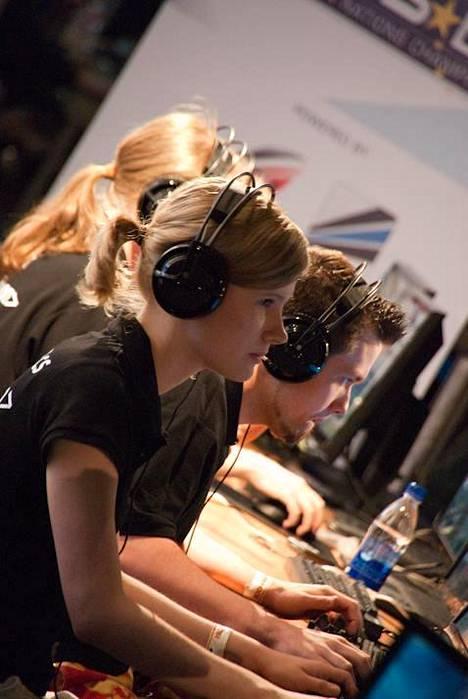 Raakel pelaamassa Paragonin kanssa vuonna 2010.