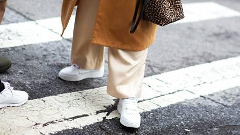 Valkoiset tennarit ja lenkkarit pitävät pintansa tyylikkäänä valintana, mutta ensi vuosi tuo tullessaan myös lukuisia muita trendejä.