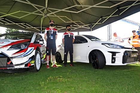 Toyota on suunnitellut GR Yariksen seuraavan sukupolven WRC-auton perustaksi. Ovia on siis vain kolme ja kori on leveämpi sekä matalampi kuin kesymmissä sisarmalleissa. Toyotan ralliajajat Kalle Rovanperä (vasemmalla) ja Takamoto Katsuta kiittelivät GR Yariksen ominaisuuksia ja Kalle ilmoitti myös hankkivansa GR:n omaan autovalikoimaansa.
