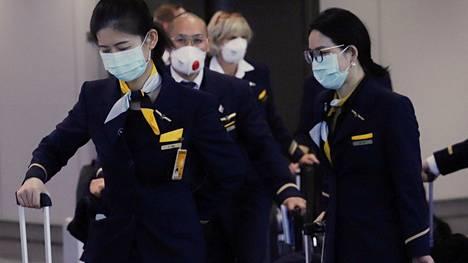 Lufthansan matkustamohenkilökuntaa Hongkongin kansainvälisellä lentoasemalla 24. helmikuuta.