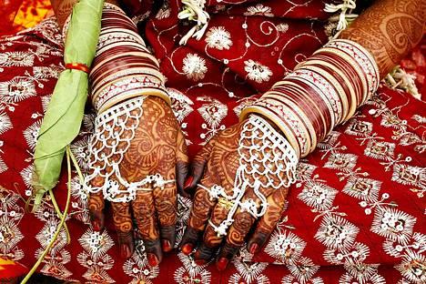 Tm intialaisnainen on koristellut ktens perinteisiin hkoristeisiin. Nainen otti miehens kanssa osaa massavihkimiseen Intian Bhopalissa. Tilaisuuteen osallistui yli 90 paria.