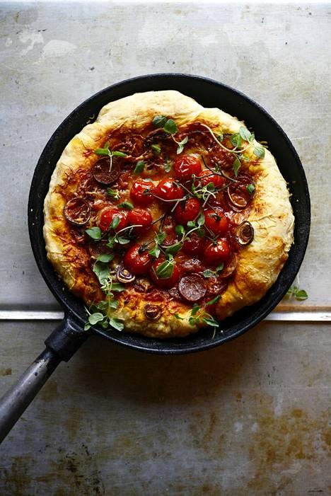 Pannupizza kestää vähän runsaampiakin täytteitä ja pohjan salaisuus piilee paistinpannussa.