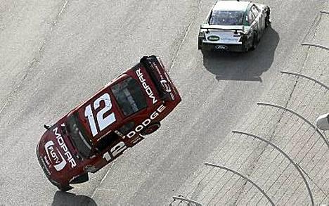 Brad Keselowskin auto singahti ilmaan, kun Carl Edwards törmäsi siihen.