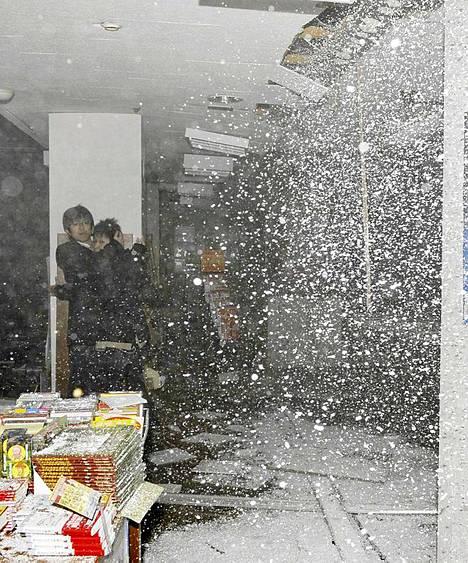 Kirjakaupan katto sortui järistyksen voimasta Sendain kaupungissa Pohjois-Japanissa.