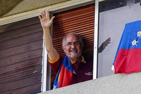 Kotiarestissa ollut Caracasin pormestari Antonio Ledezma vilkutti kannattajilleen ikkunastaan heinäkuussa.