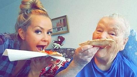 Lähihoitaja Silja Kouhia tilasi hoidettavalle asiakkaalleen pizzaa tämän toiveesta.