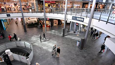 Ihmisiä ostoksilla kauppakeskus Myyrmannissa Vantaalla lankalauantaina 3. huhtikuuta 2021.