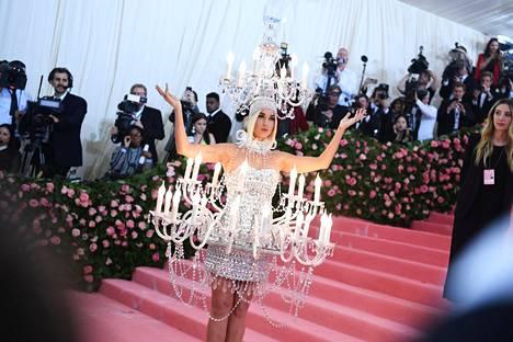Katy Perry ilmestyi paikalle kattokruunuun pukeutuneena.