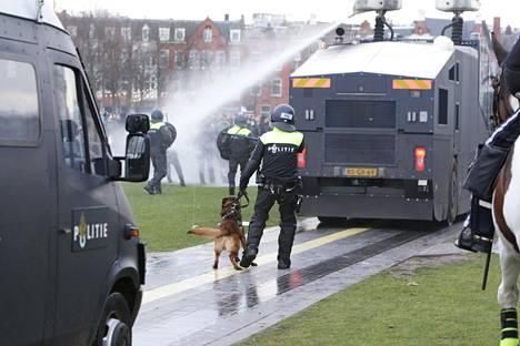 Mellakkapoliisi onnistui lopulta hajottamaan mielenosoituksen. Reilusti yli 100 ihmistä otettiin kiinni Amsterdamissa.