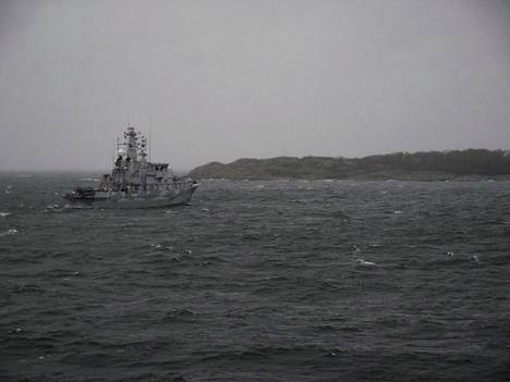 Ruotsalainen miinatorjunta-alus HSwMS Ulvön raivaamistehtävässä eilen.
