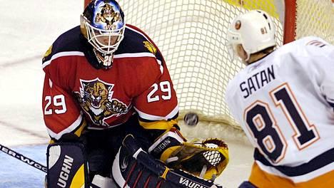 NY Islandersin Miroslav Satan yllätti Floridassa pelanneen Jamie McLennanin maaliskuussa 2006 pelatussa NHL-ottelussa.