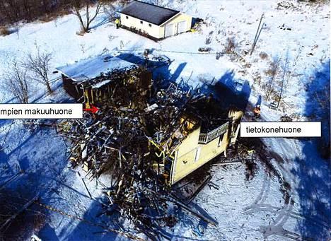 Vuonna 2000 rakennettu 1,5-kerroksinen omakotitalo tuhoutui palossa täysin. Syyttäjän arvion mukaan talon arvo oli vähintään noin 150 000 euroa, ja irtaimiston arvo puolestaan noin 30 000 euroa.