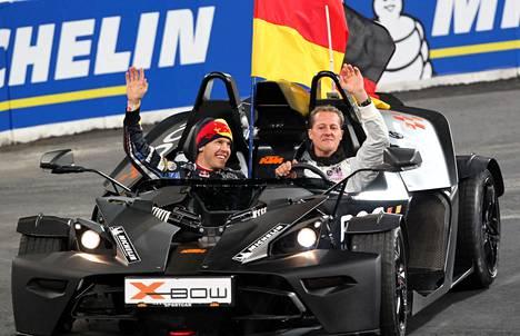 Sebastian Vettel (vas.) ja Michael Schumacher juhlimassa tapahtuman voittoa 2010.