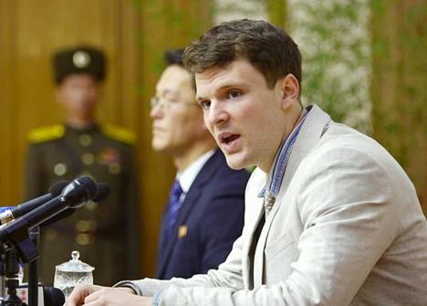Warmbier myönsi oikeudessa syyllistyneensä propagandakyltin varastamiseen.