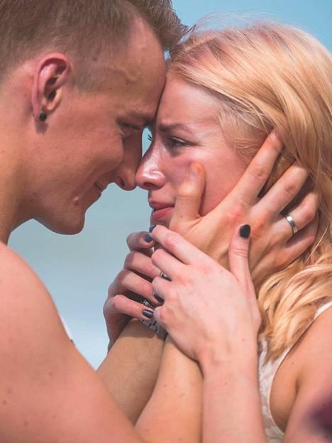 Pariskunta sanoi toisilleen ensimmäisessä jaksossa itkuiset jäähyväiset ennen sinkkusaarille suuntaamista.