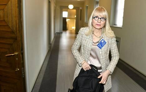 STM:n ylijohtaja Päivi Sillanaukee kertoi Ylen televisiouutisille, että Suomessa aletaan valmistaa kankaisia hengityssuojaimia hoivakotien hoitajille.