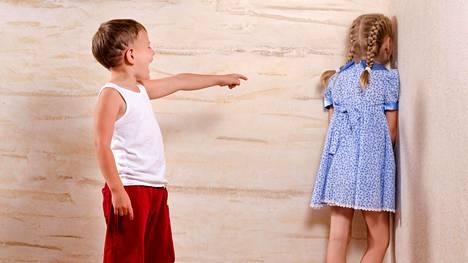 Suositut lapset voivat pakottaa vähemmän suositun lapsen aina samaan rooliin leikeissä. Kuvituskuva.