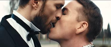 Eino Heiskanen näyttelee Cristal Snow'n rakasta Love Is Blind -musiikkivideolla.